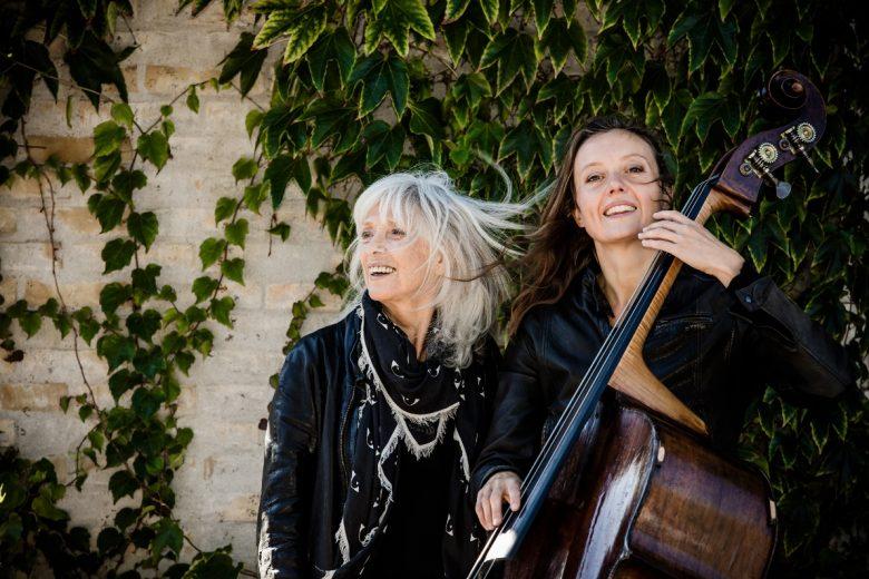 Vigga Bro og Ida Bach Jensen optræder med Ragnarok i Ry. Foto Copyright Vigga Bro